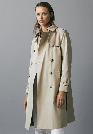 MIT INNENSEITE IM HAHNENTRITTMUSTER - Trenchcoats - beige