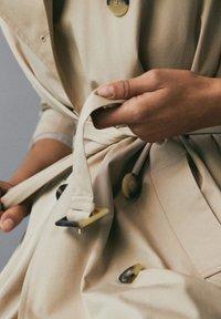 Massimo Dutti - MIT INNENSEITE IM HAHNENTRITTMUSTER - Trenchcoat - beige - 8