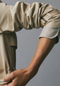 Massimo Dutti - MIT INNENSEITE IM HAHNENTRITTMUSTER - Trenchcoat - beige - 7