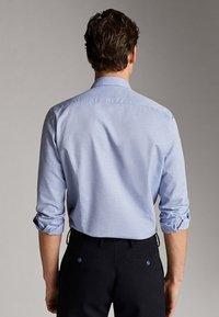 Massimo Dutti - GESTREIFTES SLIM-FIT-HEMD AUS BAUMWOLLE IN FISCHGRATBINDUNG 0013 - Skjorta - light blue - 2