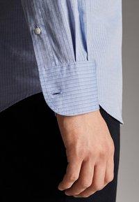 Massimo Dutti - GESTREIFTES SLIM-FIT-HEMD AUS BAUMWOLLE IN FISCHGRATBINDUNG 0013 - Skjorta - light blue - 5