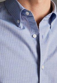 Massimo Dutti - GESTREIFTES SLIM-FIT-HEMD AUS BAUMWOLLE IN FISCHGRATBINDUNG 0013 - Skjorta - light blue - 4