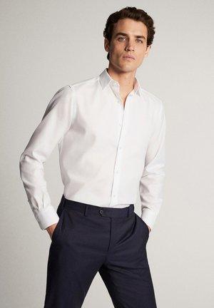 SLIM-FIT-HEMD AUS BAUMWOLLE MIT WABENSTRUKTUR 00163263 - Kostymskjorta - white
