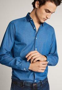 Massimo Dutti - JEANSHEMD AUS BAUMWOLLE IM SLIM-FIT 00164164 - Skjorta - blue - 3
