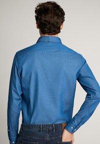 Massimo Dutti - JEANSHEMD AUS BAUMWOLLE IM SLIM-FIT 00164164 - Skjorta - blue - 1