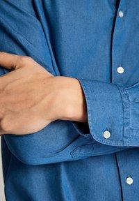 Massimo Dutti - JEANSHEMD AUS BAUMWOLLE IM SLIM-FIT 00164164 - Skjorta - blue - 5