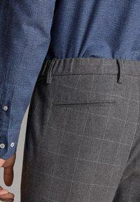 Massimo Dutti - MIT STRUKTURMUSTER - Trousers - dark grey - 6