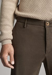 Massimo Dutti - SLIM-FIT-CHINOHOSE - Chinos - khaki - 6