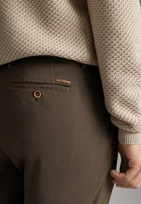 Massimo Dutti - SLIM-FIT-CHINOHOSE - Chinos - khaki - 5