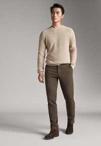 Massimo Dutti - SLIM-FIT-CHINOHOSE - Chinos - khaki - 4