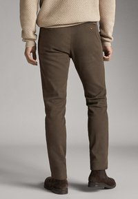 Massimo Dutti - SLIM-FIT-CHINOHOSE - Chinos - khaki - 2