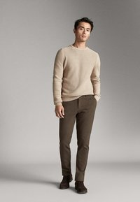 Massimo Dutti - SLIM-FIT-CHINOHOSE - Chinos - khaki - 1