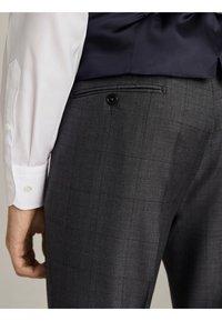 "Massimo Dutti - KARIERTE SLIM-FIT-HOSE AUS WOLLE ""SUPER 120"" 00063336 - Pantaloni eleganti - grey - 4"