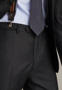 "Massimo Dutti - SLIM-FIT-HOSE MIT DONEGAL-STRUKTUR AUS WOLLE ""SUPER 130"" 0006033 - Pantaloni eleganti - dark grey - 5"