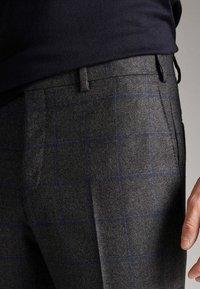 Massimo Dutti - SLIM-FIT-HOSE AUS REINEM WOLLFLANELL MIT KAROMUSTER 00071316 - Pantaloni - grey - 5