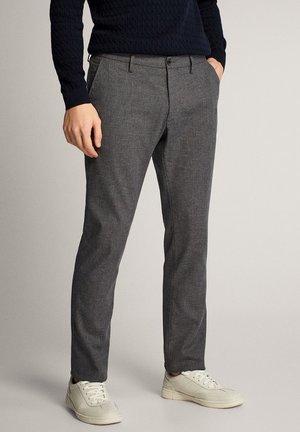 MIT STRUKTURMUSTER - Trousers - grey