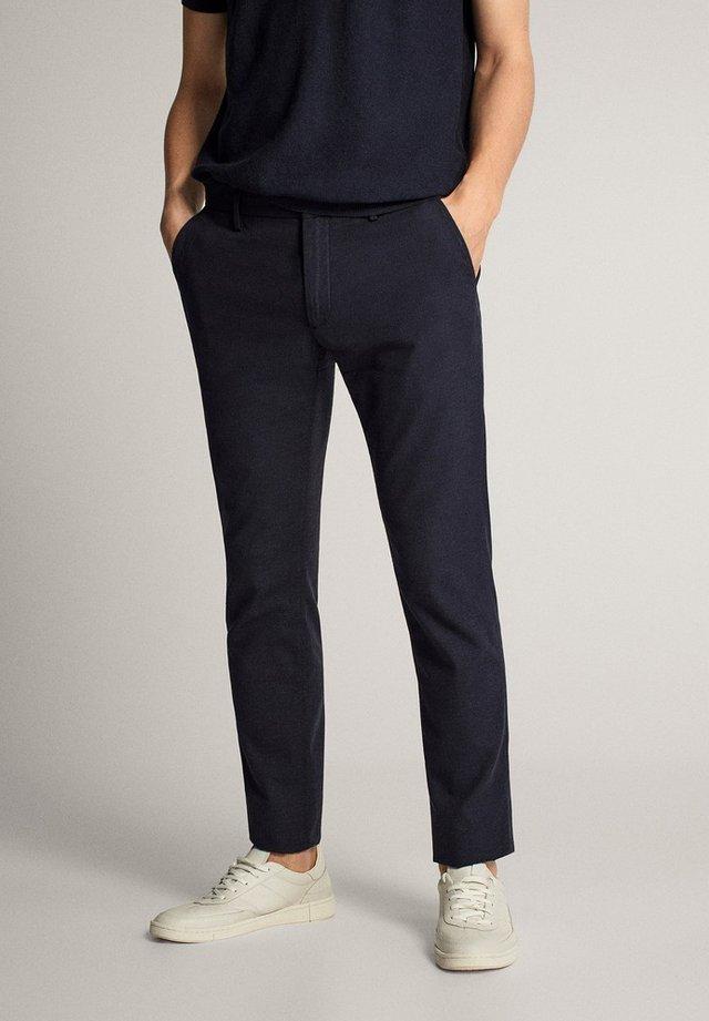 MIT STRUKTURMUSTER - Trousers - blue-black denim