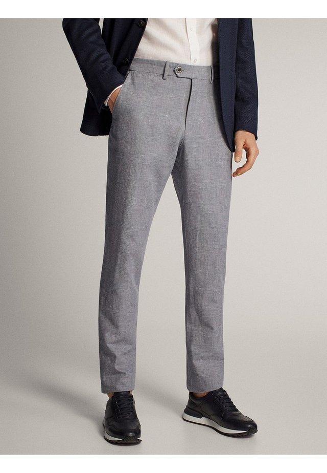 KARIERTE SLIM-FIT-HOSE IN FALSCHEM UNI - Pantaloni eleganti - grey