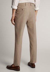 Massimo Dutti - KARIERTE SLIM-FIT-HOSE IN FALSCHEM UNI - Pantalon de costume - brown - 2