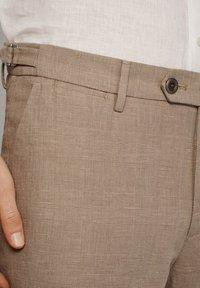 Massimo Dutti - KARIERTE SLIM-FIT-HOSE IN FALSCHEM UNI - Pantalon de costume - brown - 4
