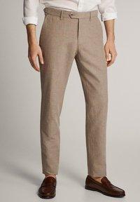 Massimo Dutti - KARIERTE SLIM-FIT-HOSE IN FALSCHEM UNI - Pantalon de costume - brown - 0