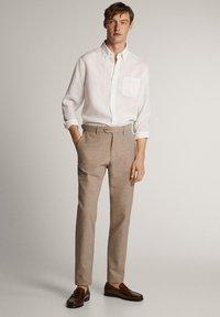 Massimo Dutti - KARIERTE SLIM-FIT-HOSE IN FALSCHEM UNI - Pantalon de costume - brown - 1