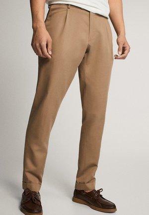 SLIM-FIT-HOSE AUS BAUMWOLLE UND LEINEN MIT BUNDFALTEN 00092274 - Pantalon de costume - beige