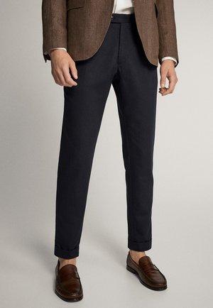 SLIM-FIT-HOSE AUS BAUMWOLLE UND LEINEN MIT BUNDFALTEN 00092274 - Pantaloni eleganti - blue-black denim