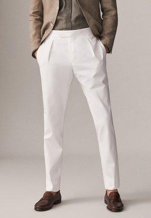 MIT BUNDFALTE - Pantalon classique - white