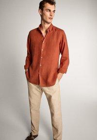 Massimo Dutti - SLIM-FIT - Spodnie materiałowe - beige - 4