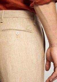 Massimo Dutti - SLIM-FIT - Spodnie materiałowe - beige - 5