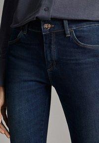 Massimo Dutti - MIT MITTELHOHEM BUND - Jeans Skinny - blue - 4
