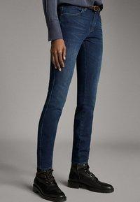 Massimo Dutti - MIT MITTELHOHEM BUND - Jeans Skinny - blue - 0
