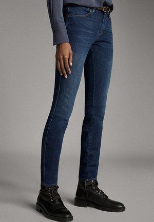 MIT MITTELHOHEM BUND - Jeansy Skinny Fit - blue
