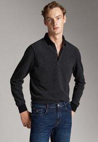 Massimo Dutti - MIT STRUKTURMUSTER  - Polo shirt - black - 0