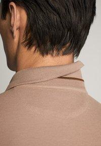 Massimo Dutti - MIT DOPPELKRAGEN - Polo shirt - light grey - 5