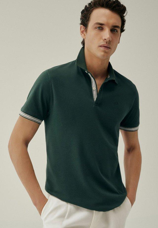 KURZÄRMELIGES POLOSHIRT AUS BAUMWOLLE MIT STREIFENDETAIL 0075140 - Polo shirt - evergreen