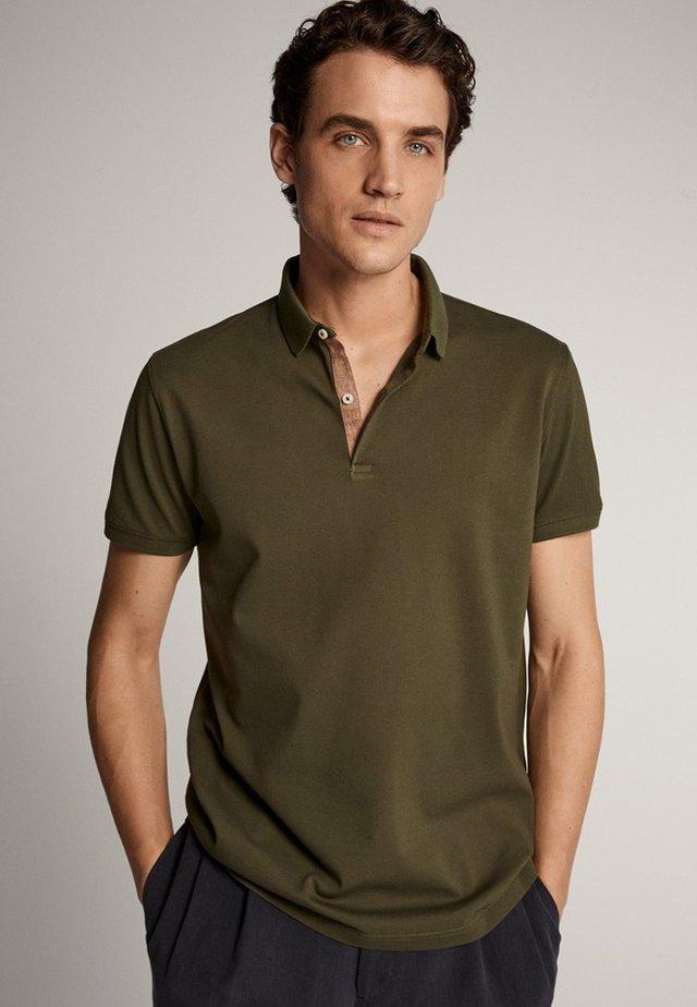 MIT KOMBINIERTEM KRAGEN  - Polo shirt - green