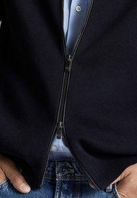 Massimo Dutti - MIT REISSVERSCHLUSS UND LEDERDETAIL - Kardigan - dark blue - 5