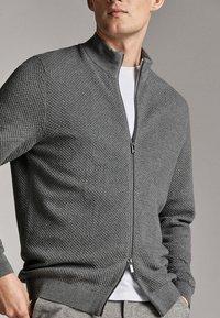 Massimo Dutti - CARDIGAN AUS BAUMWOLLE UND KASCHMIR MIT REISSVERSCHLUSS 00978330 - Cardigan - grey - 3