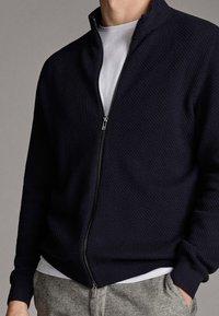 Massimo Dutti - CARDIGAN AUS BAUMWOLLE UND KASCHMIR MIT REISSVERSCHLUSS 00978330 - Vest - dark blue - 5