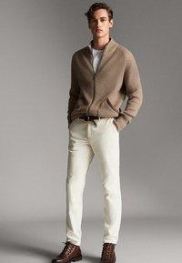 Massimo Dutti - MIT LEDERDETAIL - Cardigan - beige - 1