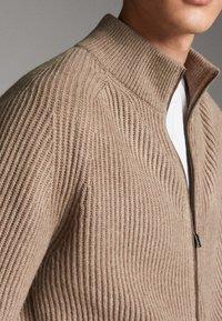 Massimo Dutti - MIT LEDERDETAIL - Cardigan - beige - 4