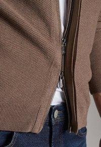 Massimo Dutti - MIT REISSVERSCHLUSS - Cardigan - beige - 5