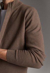 Massimo Dutti - MIT REISSVERSCHLUSS - Cardigan - beige - 4