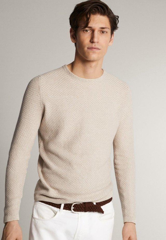 MIT RUNDAUSSCHNITT - Stickad tröja - beige