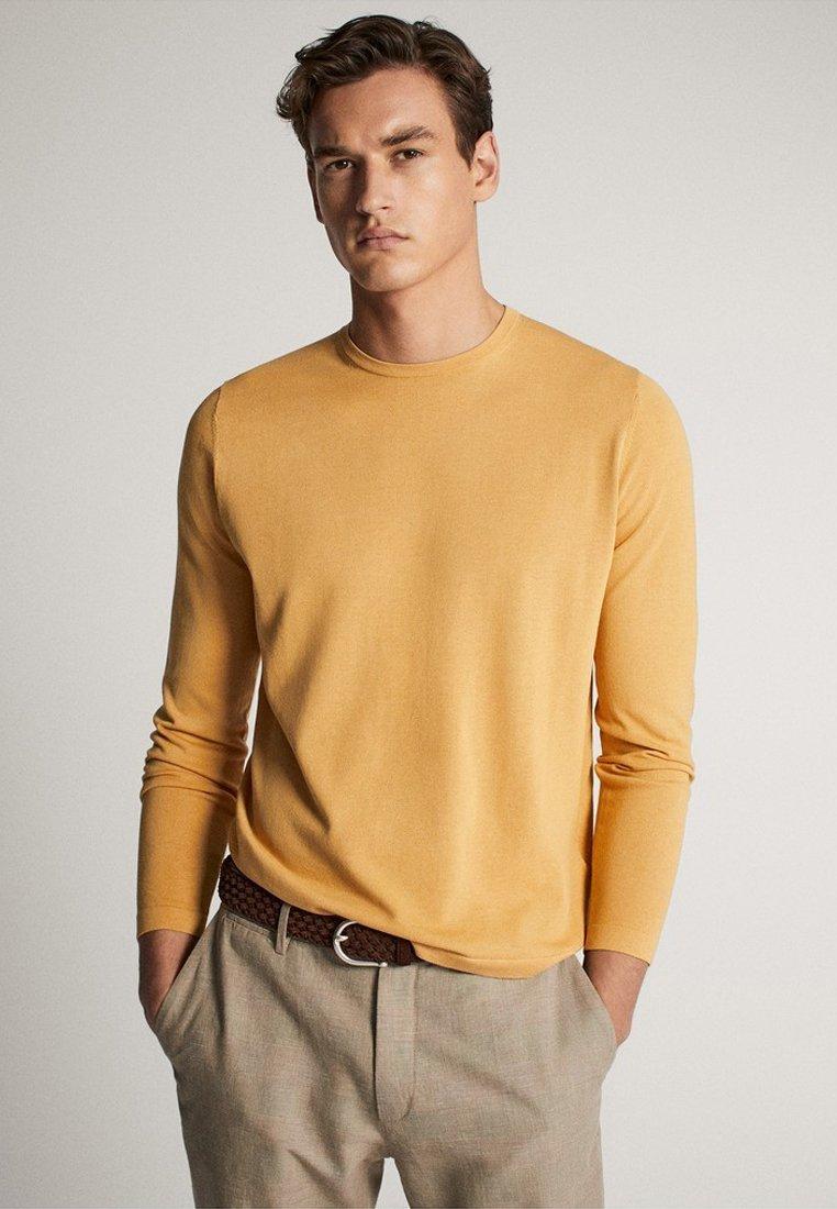 Massimo Dutti MIT RUNDAUSSCHNITT 00923453 - Sweter - brown