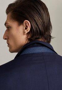 Massimo Dutti - MARINEBLAUER SLIM-FIT-BLAZER AUS WOLLE MIT STRUKTURMUSTER 020043 - Suit jacket - blue - 4