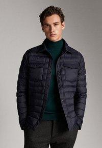 Massimo Dutti - GESTEPPTE DAUNENJACKE EXTRA LIGHT 03434195 - Down jacket - blue - 0