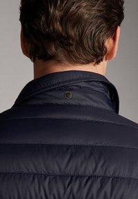 Massimo Dutti - GESTEPPTE DAUNENJACKE EXTRA LIGHT 03434195 - Down jacket - blue - 5